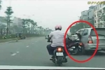 Truy tìm xe ô tô tông ngã cô gái rồi bỏ chạy giữa phố Hà Nội
