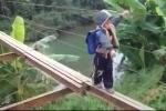 Clip: 200 học sinh liều mình đi học trên cây cầu sắp sập tại Hòa Bình