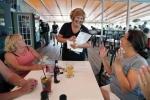 Vợ Thống đốc bang nghèo nhất nước Mỹ đi làm bồi bàn kiếm thêm thu nhập