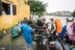 Đi thuyền trong phố cổ Hội An ngày mưa giá 100.000 đồng/lượt