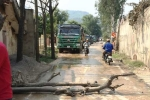 Dân mang thân cây chặn xe chở đất, quốc lộ 1A ùn tắc cục bộ