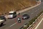 Clip: Lao ra chặn xe chạy quá tốc độ, CSGT bị hất bay người