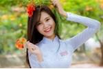 Nữ sinh xinh đẹp khoe sắc bên hoa phượng đỏ