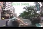 Những màn lao đầu vào ô tô ăn vạ thô thiển ở Trung Quốc