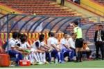 Hy hữu: Trợ lý HLV U22 Campuchia bị đuổi khỏi sân vì cầu thủ nhà đá bóng ra biên