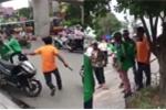 Tranh giành khách, lái xe ôm cầm gậy đuổi đánh tài xế Grabbike trên phố Hà Nội