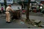 Clip CSGT đẩy xe rác, dẹp gọn lòng đường trong chiều mưa rét