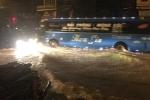 Quảng Ninh mưa như trút, dông lốc giật liên hồi trong đêm
