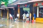 Ảnh: Nước rút, dân phố cổ Hội An tất bật dọn dẹp nhà cửa