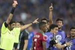 Nổi điên sút bóng vào cầu thủ Thái Lan, hậu vệ Indonesia nhận thẻ đỏ