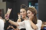 Thu Minh selfie voi Thanh Huyen