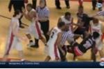 Sao bóng rổ đấm mặt đối thủ và trọng tài