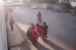 Phụ nữ đi xe máy bị cướp giật túi xách và cái kết bi hài