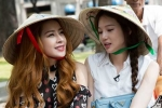 Chi Pu đội nón lá dạo phố Sài Gòn cùng Á hậu Hàn Quốc