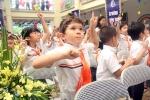 Học sinh tiểu học nhảy Aerobic trong lễ khai giảng
