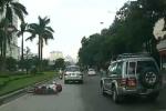 Clip: Tránh ôtô, xe máy ngã lăn