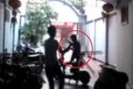 Trộm xe đạp điện bị thanh niên cầm ghế truy đuổi chạy trối chết