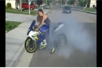 Video: Dàn nữ biker gợi cảm lái xe điêu luyện