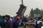 Phát hiện tài xế tử vong trong xe taxi nổi trên sông