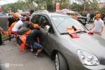 Hàng chục người dân Thanh Hóa nâng xe ô tô bằng tay