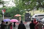 Dân Thủ đô 'đội mưa' trước TT Hội nghị Quốc gia chờ đoàn xe ông Obama