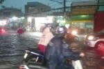 TP.HCM chìm trong 'biển' nước sau cơn mưa