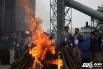 Cận cảnh việc tiêu hủy 2 tấn ngà voi, 70kg sừng tê giác trị giá 7 triệu USD