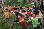 Bất chấp an ninh, hàng ngàn trai làng lội ruộng, bơi ao tranh cướp phết Hiền Quan