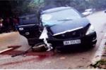 Xe dâu nổ lốp đâm vào gốc cây, cô dâu nhập viện cấp cứu