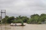 Mưa lớn, nước dâng nhanh, người dân Huế phải chèo xuồng trên đường