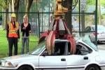Clip: Ngáng đường xe rác, ôtô bị nghiền nát thành sắt vụn