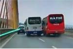 Hai xe khách lạng lách trên cầu Bãi Cháy, người đi đường thót tim