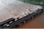 Ấn Độ: Sập cầu, hàng chục người bị nước cuốn trôi