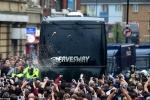 Xe bus Man Utd bị tấn công, cầu thủ sợ hãi ngã ra sàn