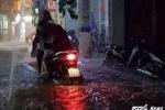 Video: Nhiều tuyến phố Hà Nội chìm trong biển nước, xe cộ chết máy hàng loạt