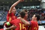 Pique hạ 'người nhện' Petr Cech, Tây Ban Nha nhọc nhằn giành 3 điểm