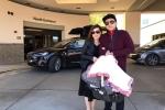 Đan Trường mang siêu xe đón vợ con xuất viện