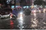 Sau trận mưa lớn, nhiều tuyến phố Hà Nội biến thành sông