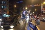 Ôtô lật ngửa, bốc cháy dữ dội trên cầu vượt giữa Thủ đô