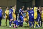 Trọng tài V-League dùng luật lạ, cầu thủ lại quây tròn phản đối