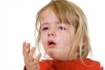 Nóng lạnh đột ngột vì điều hòa, làm sao để trẻ thoát bệnh đường hô hấp?