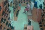 Clip: 'Quý ông sang chảnh' đi thử giày, 'tiện tay' trộm điện thoại của nữ nhân viên