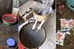 Bắt quả tang tiểu thương bơm, bán tôm có tạp chất ở chợ đầu mối Hà Nội