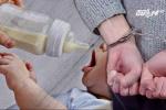 Giúp việc pha nước tiểu vào sữa của em bé suốt nửa năm