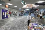 Kinh hoàng nước lũ tràn xối xả vào trung tâm thương mại, cuốn phăng hàng hóa