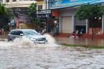 Mưa lớn, đường phố Thái Nguyên chìm trong biển nước