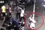 Cha mẹ bất cẩn để con vặn tay ga khiến xe vọt đi cực nguy hiểm