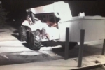 Trộm dùng xe cẩu kéo bật cây ATM trong đêm