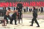 Clip: Nữ cảnh sát đặc nhiệm dùng yết hầu đè cong thanh sắt nhọn