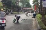 Người dân xúm vào gom bia rơi xuống đường giúp tài xế